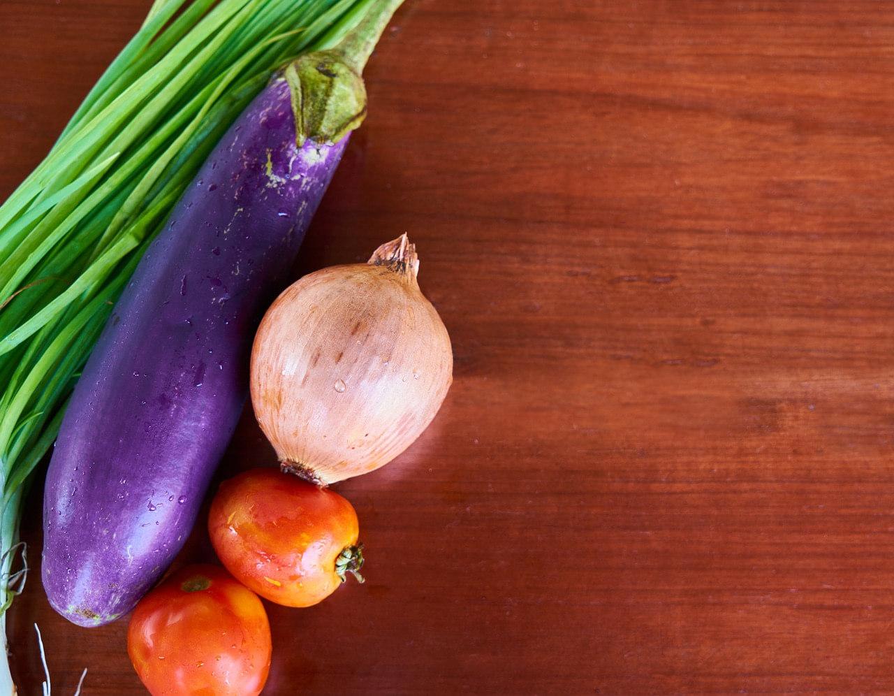 Potrawka z tempehu, bakłażana i czerwonej papryki w sosie pomidorowym