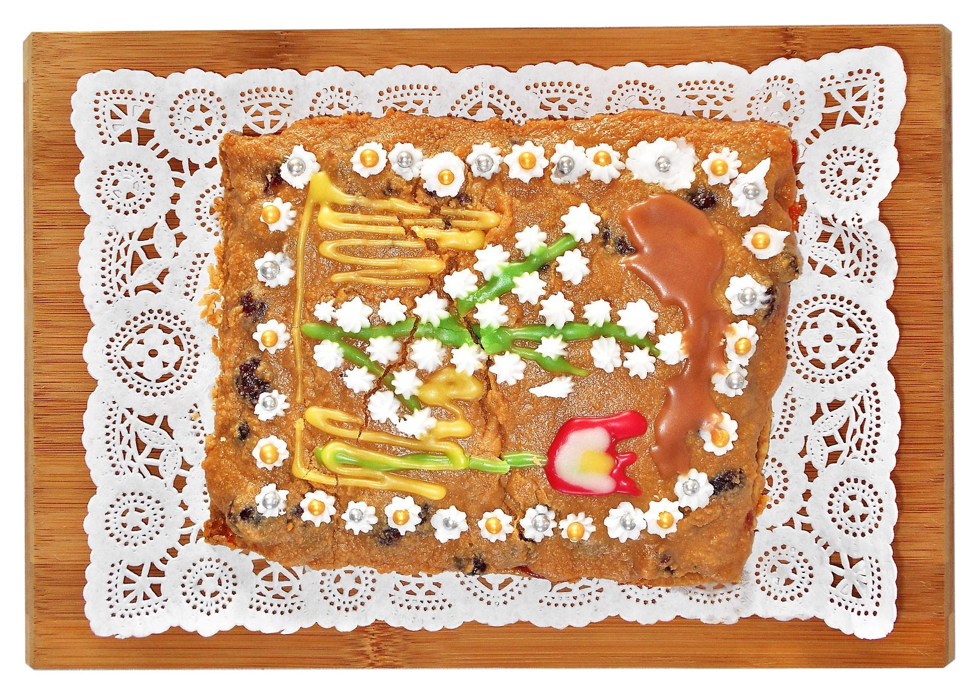 Surowy mazurek z kremem awokado